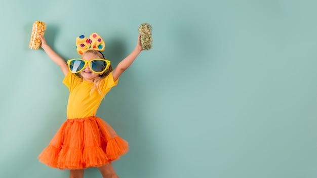 Meisje dat grote zonnebril met exemplaarruimte draagt Gratis Foto