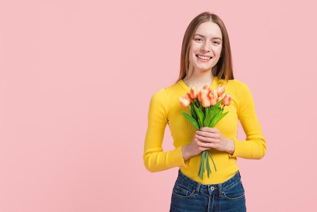 Meisje dat haar geluk uitdrukt Gratis Foto