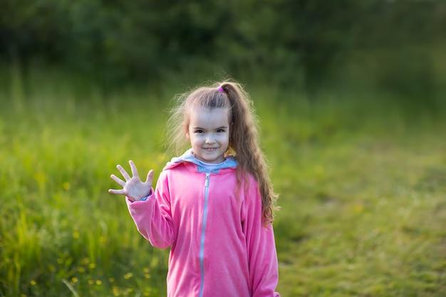 Meisje dat haar palm toont Premium Foto