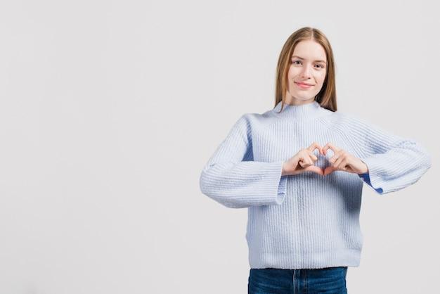 Meisje dat hart met handen maakt Gratis Foto