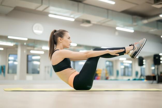 Meisje dat in de gymnastiek uitoefent Gratis Foto