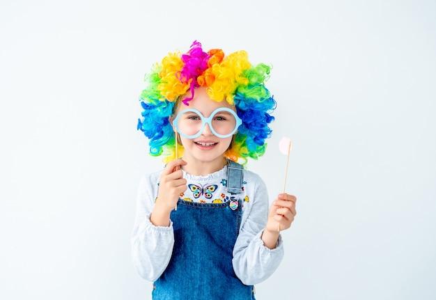 Meisje dat kleurrijke pruik draagt Premium Foto