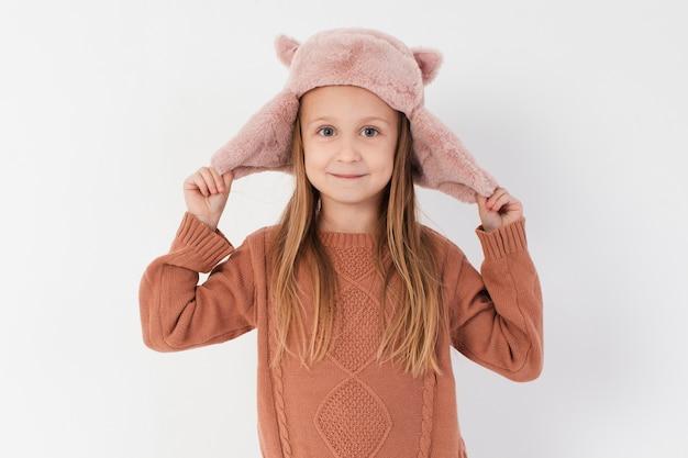 Meisje dat met haar de winterhoed betaalt Gratis Foto