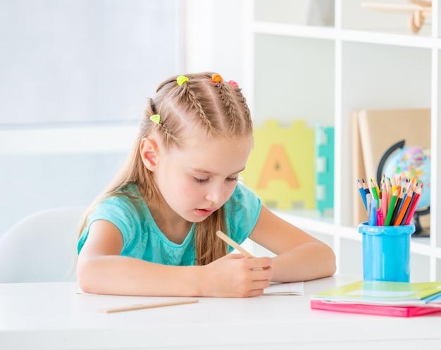 Meisje dat met potlood schrijft Premium Foto