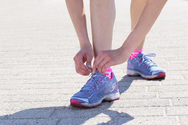 Meisje dat sportschoenen draagt Gratis Foto