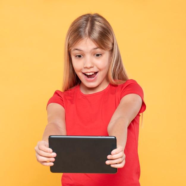 Meisje dat tablet bekijkt Gratis Foto