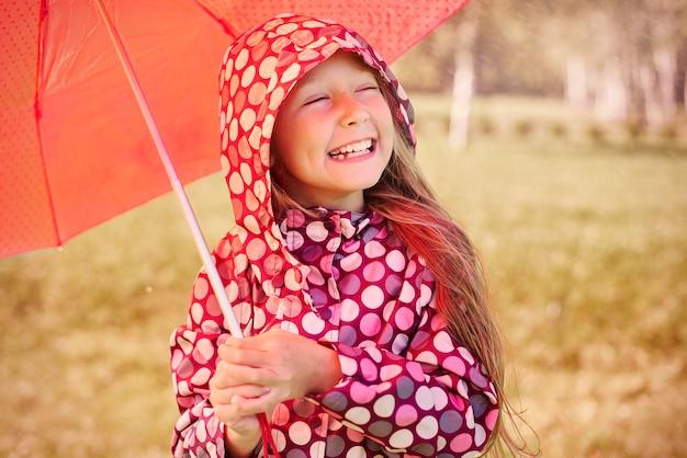 Meisje dat van het regenachtige weer geniet Gratis Foto