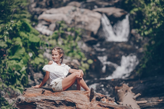 Meisje dat van mening van waterval in krasnay poliana geniet Premium Foto