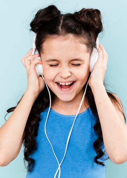Meisje dat van muziek geniet bij hoofdtelefoons Gratis Foto