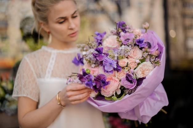 Meisje dat zich in openlucht met verbazend bloemboeket bevindt Premium Foto