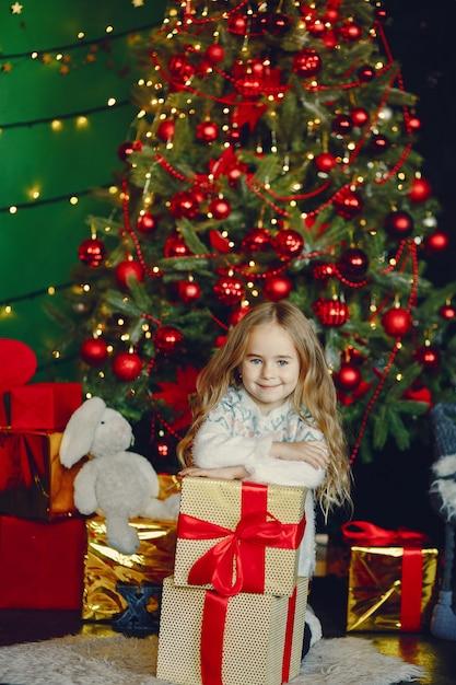 Meisje dichtbij kerstmis trre Gratis Foto