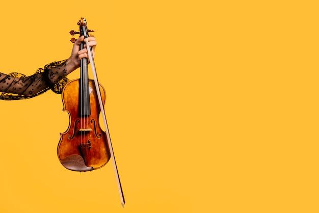 Meisje die de viool spelen Gratis Foto