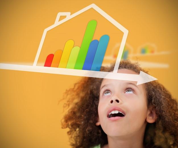 Meisje die omhoog aan energie efficiënt grafisch huis kijken Premium Foto