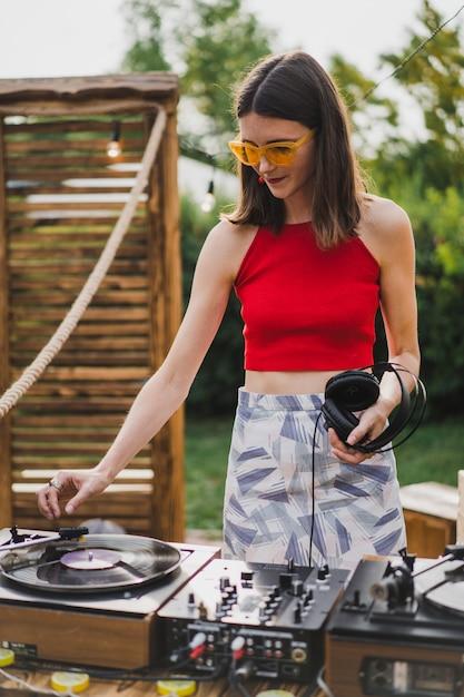 Meisje dj vinylplaten spelen Gratis Foto