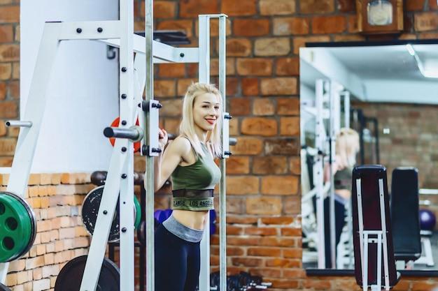 Meisje doet squats in simulator Premium Foto
