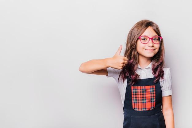 Meisje doet thumbs up gebaar Premium Foto