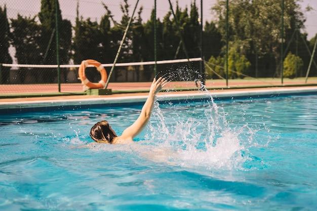 Meisje doet voorwaartse kruip zwemmen in het zwembad Gratis Foto