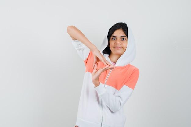 Meisje driehoek gebaar maken in t-shirt, jasje en op zoek naar vertrouwen. Gratis Foto
