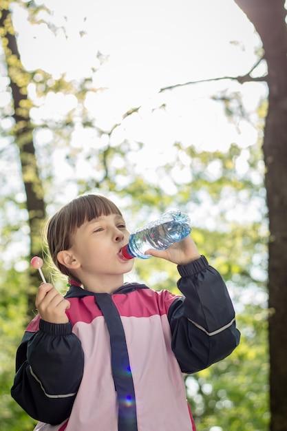 Meisje drinkwater Premium Foto