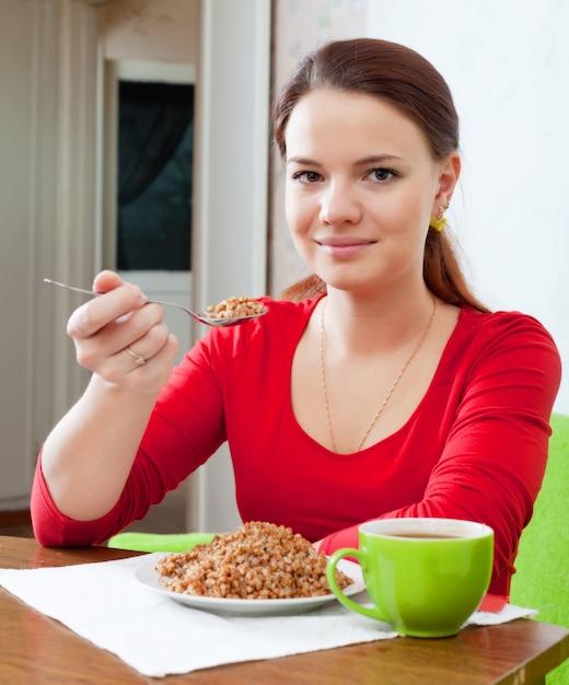 Meisje eet boekweit met lepel Gratis Foto