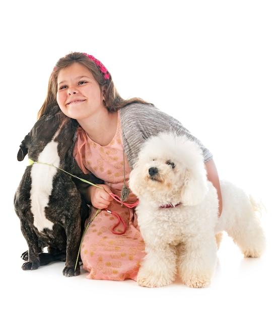 Meisje en kleine honden Premium Foto