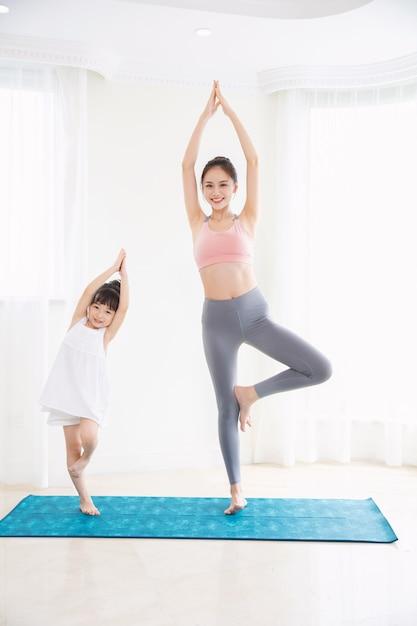 Meisje en moedersport thuis Premium Foto