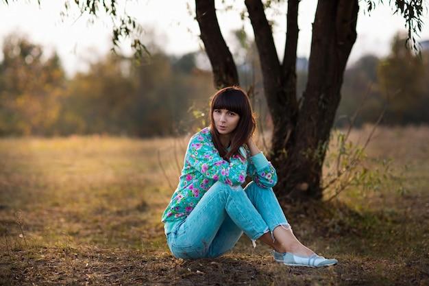 Meisje geplukt gras Premium Foto