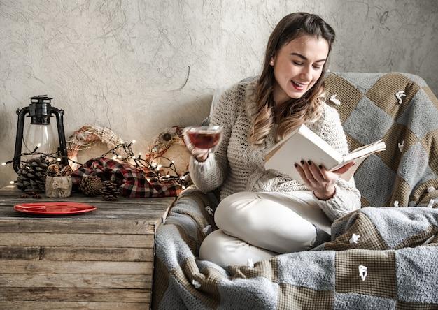 Meisje het lezen van een boek Gratis Foto