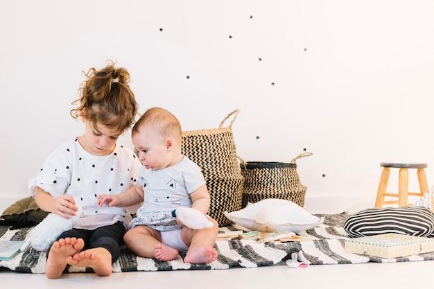 Meisje het spelen met leuke baby Premium Foto