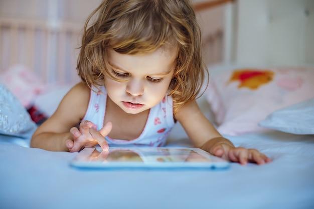Meisje het spelen tablet Premium Foto