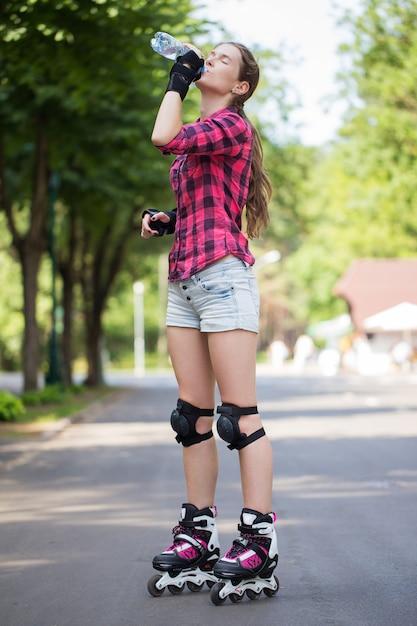 Meisje het stellen in park met haar bladen Gratis Foto