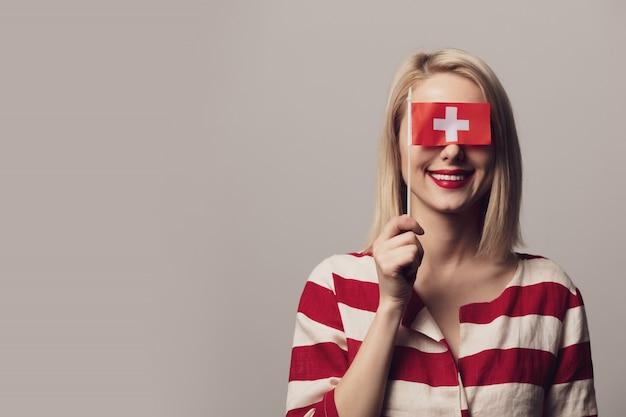 Meisje houdt vlag van zwitserland Premium Foto