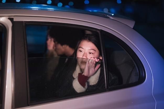 Meisje in auto's nachts Gratis Foto