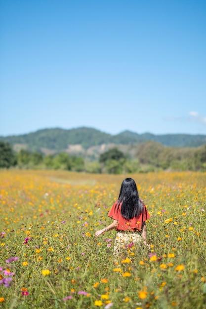 Meisje in bloem veld Gratis Foto