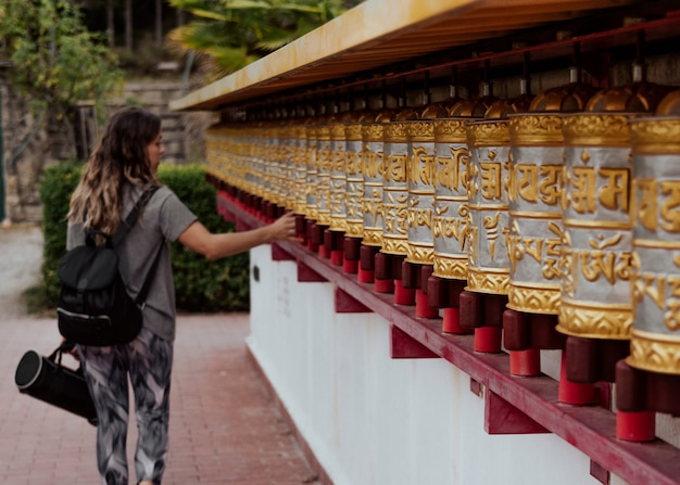 Meisje in boeddhistische tempel dag shang kagyu in panillo huesca aragon spanje Premium Foto