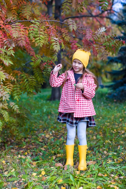 Meisje in de herfstpark in openlucht Premium Foto