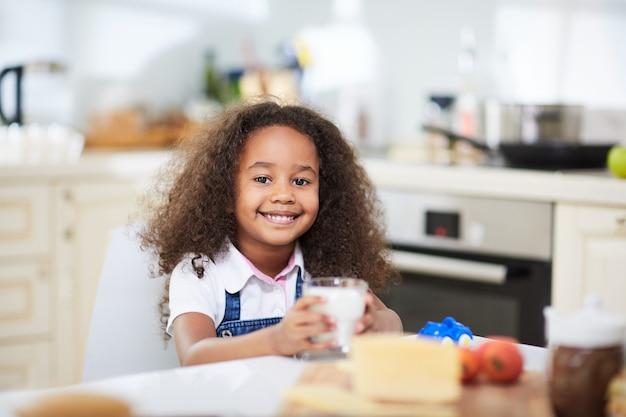 Meisje in de keuken Gratis Foto
