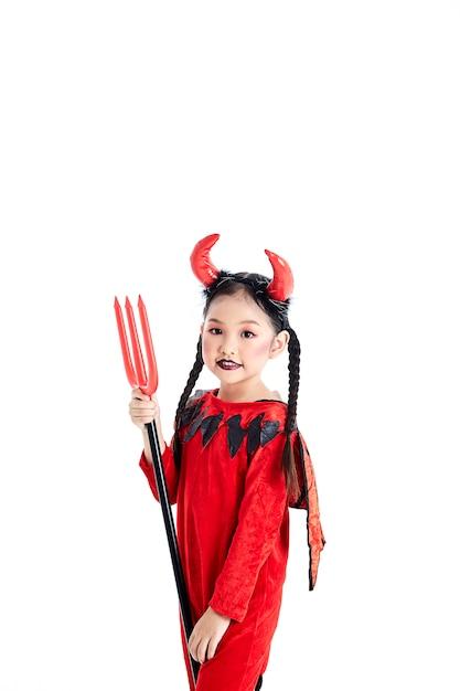 Meisje in een halloween-kostuumduivel Premium Foto