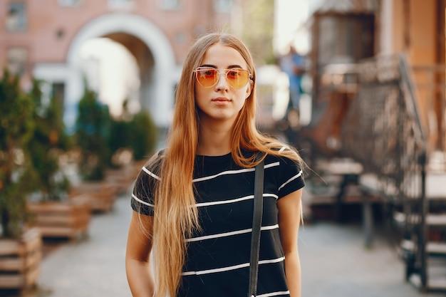 Meisje in een stad Gratis Foto