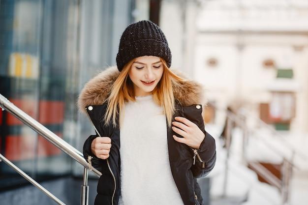 Meisje in een winterstad Gratis Foto