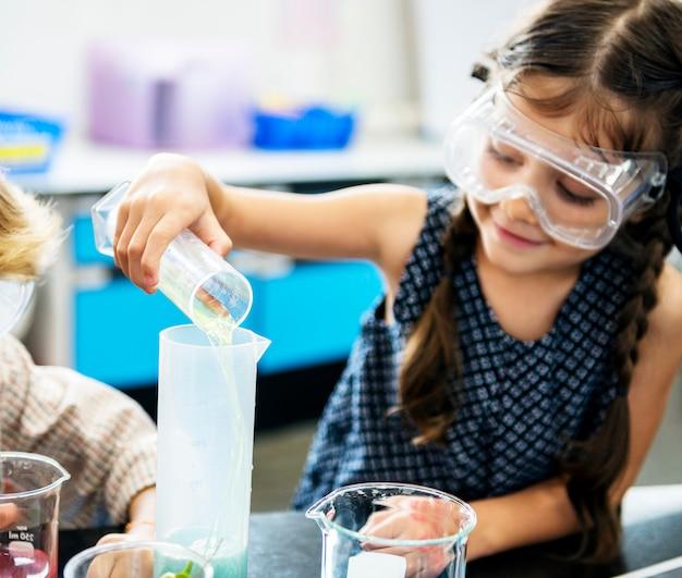 Meisje in elementair wetenschapslaboratorium Premium Foto