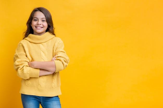 Meisje in gele trui met gekruiste handen Gratis Foto