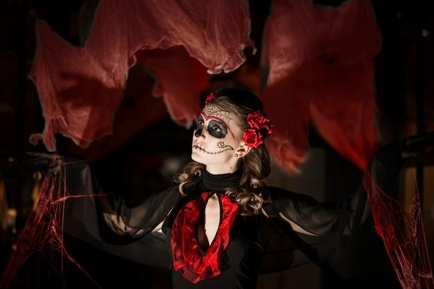 Meisje in kostuum voor halloween. Premium Foto
