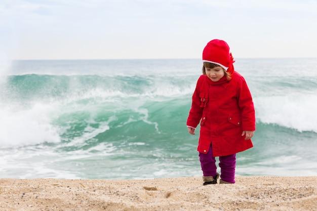 Meisje in koude winderige dag Gratis Foto