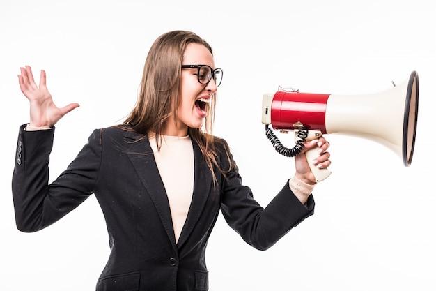 Meisje in zwarte reeks die op een megafoon gillen die over wit wordt geïsoleerd Gratis Foto