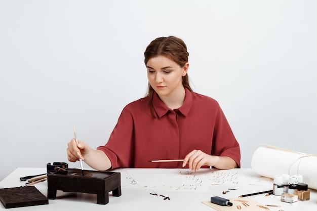 Meisje kalligrafie schrijven op ansichtkaarten. kunst ontwerp. bovenstaande. Gratis Foto