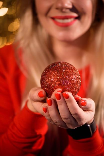 Meisje kerstboom versieren. kerstmis. nieuwjaar. Premium Foto