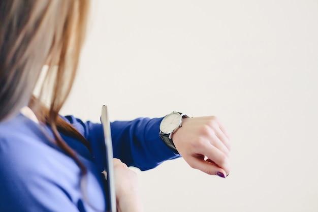 Meisje kijkt een uur Premium Foto