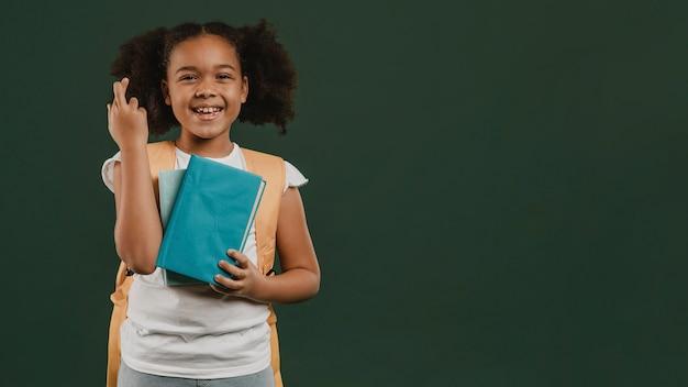 Meisje kruising vingers en boek te houden Premium Foto