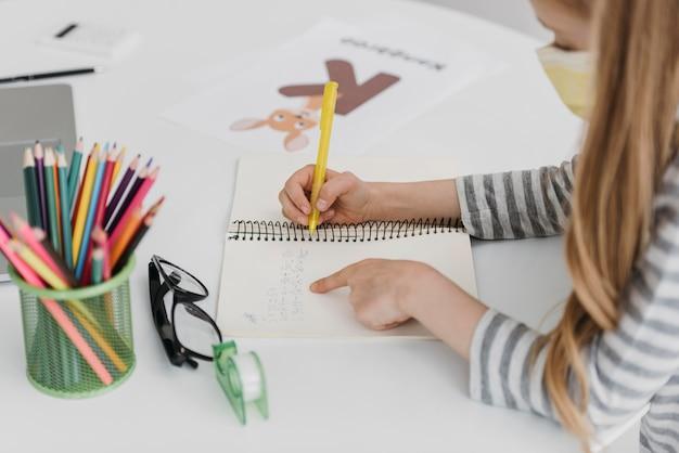 Meisje leert van online klassen hoge weergave Gratis Foto